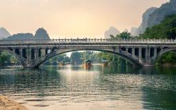 阳朔,中国- 2016年9月23日:有游人floati的小船 库存照片