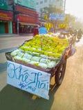 阳桃果子摊贩在胡志明 库存图片