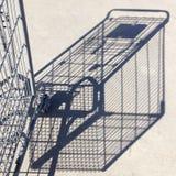 阴影和一部分的反对混凝土的购物车 库存照片
