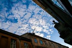 阴影女孩雕塑的议院在墙壁多云天空 库存照片