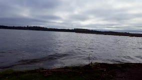 阴沉的湖在阴暗天空下在夏日 在黑暗的湖边风景视图的多云天空 股票录像