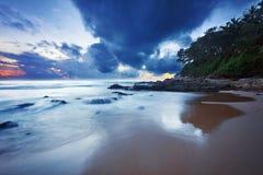 阴沉的热带日落。 免版税库存图片