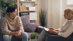 阴沉的青少年谈论问题与殷勤成熟妇女心理学家 影视素材