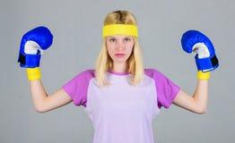 阴物和力量平衡 妇女拳击手套享受锻炼 执行与拳击手套的妇女 拳击体育 免版税库存照片