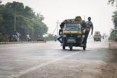 阴霾途径包括的被超载的和tuk-tuks摩托车,铈 免版税库存图片