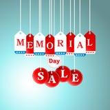 阵亡将士纪念日和销售在促进的商店标记垂悬 免版税图库摄影