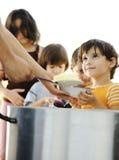 阵营儿童饥饿的难民 免版税库存照片