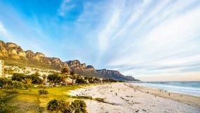 阵营在开普敦南非附近的海湾海滩十二位传道者的脚的 库存图片