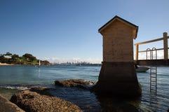 阵营小小海湾的小屋 免版税库存照片