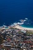 阵营海湾从桌山的海岸线视图 库存照片
