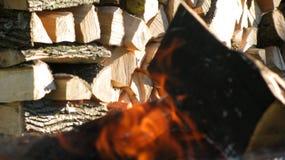 阵营火和木柴 免版税图库摄影