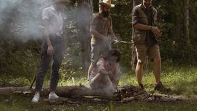 阵营火在夏天 做营火的小组朋友 人临近阵营火 股票录像