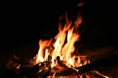 阵营火在黑暗的夜 库存图片