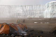阵营火山口kilimanjaro 免版税库存照片