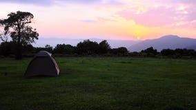 从阵营环境美化,当徒步旅行队在Ngorongoro,坦桑尼亚,非洲时 库存图片