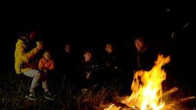 阵营的人们由火温暖 股票视频