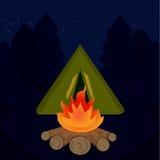 阵营营火在旅行晚上 免版税图库摄影