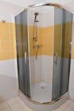 阵雨客舱在旅馆卫生间里  免版税库存照片