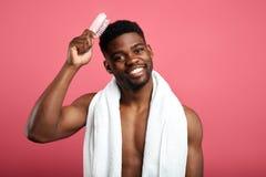 阵雨时间概念 有白色毛巾的强壮男子在他的掠过他的头发的脖子 免版税库存图片