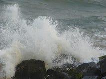 水滴阵雨由于海挥动碰撞在岩石 免版税库存照片