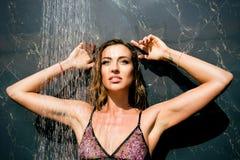 阵雨的年轻美丽的性感的妇女 免版税库存图片