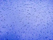 阵雨蓝色玻璃结露 免版税图库摄影