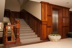 阶梯步级和电梯门。 免版税库存照片