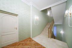 阶梯步级,白色大理石台阶,绿色墙纸 免版税库存照片
