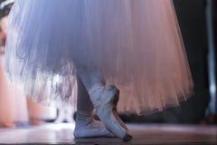 阶段、pointe鞋子和芭蕾舞短裙的芭蕾舞女演员 库存照片