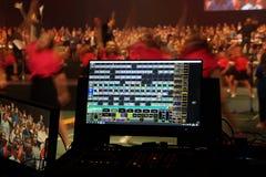 阶段照明设备在舞蹈家前面的控制屏幕 库存照片