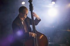 阶段的低音提琴球员 免版税库存图片