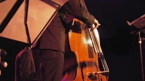 阶段的低音提琴球员 影视素材
