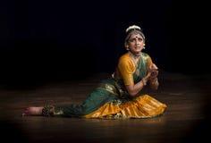 阶段的印地安古典舞蹈家 库存图片