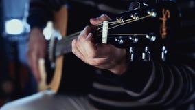 阶段的吉他演奏员在晃动观众的音乐会 股票录像