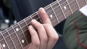 阶段的吉他演奏员在震动观众的音乐会 演奏即兴重复段的吉他弹奏者特写镜头 股票录像