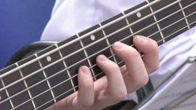 阶段的吉他演奏员在震动观众的音乐会 演奏即兴重复段的吉他弹奏者特写镜头 股票视频