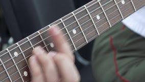 阶段的吉他演奏员在震动观众的音乐会 演奏即兴重复段的吉他弹奏者特写镜头 影视素材