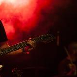 阶段的吉他弹奏者 免版税库存照片