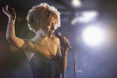 阶段的女性爵士乐歌手 免版税库存图片
