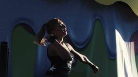 阶段的戈戈舞的舞蹈家在性感的女用贴身内衣裤 慢的行动 股票录像