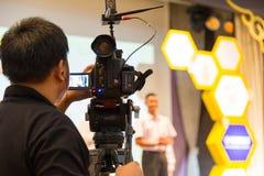 阶段的男性录影射击者录音学生在competit 图库摄影