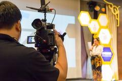 阶段的男性录影射击者录音学生在competit 库存图片