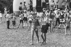 阶段的设计卡通者招待孩子Kamennomostsky村庄的节日天在秋天公园黑白phot的 库存照片