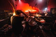 阶段的鼓手 音乐带剪影在行动的对音乐阶段 流行音乐摇滚乐队在阶段执行 免版税库存图片