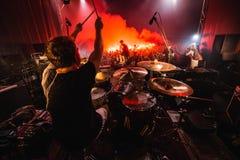 阶段的鼓手 音乐带剪影在行动的对音乐阶段 流行音乐摇滚乐队在阶段执行 库存图片