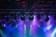 阶段,音乐会光 现代聚光灯设备 图库摄影