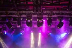 阶段,音乐会光 现代聚光灯设备 库存照片