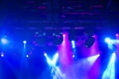 阶段,音乐会光 现代聚光灯设备 免版税库存照片