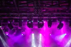 阶段,音乐会光 现代聚光灯设备 库存图片