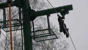 阻力的部分举,扭转机制推力  为滑雪者和挡雪板举 kiting的河滑雪多雪的体育运动冬天 影视素材